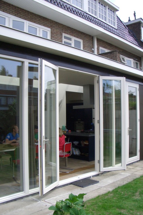 3 sets of glass doors let the garden entering the family house