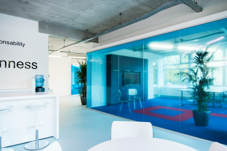 Intimate meeting spaces integrated in the office grid
