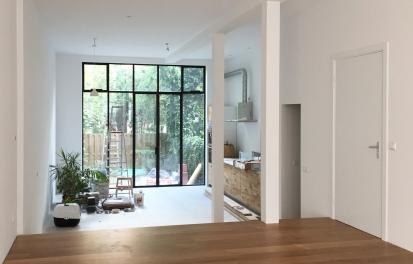 the living room opens towards the garden
